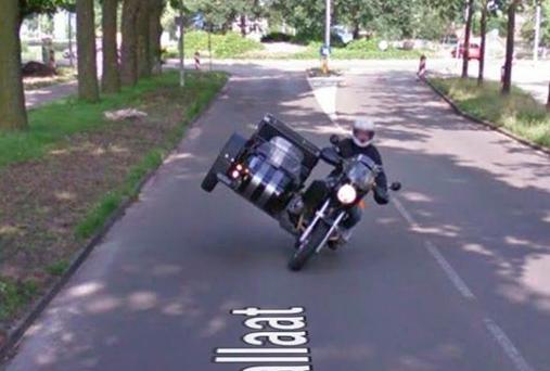Vede la moglie su Google Maps con l'amante e chiede il divorzio
