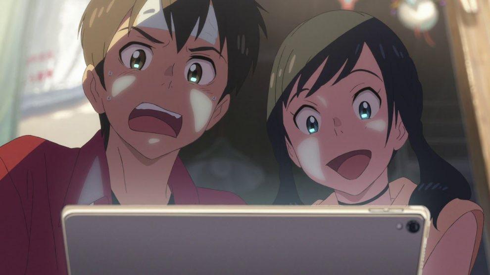 un ragazzo a sinistra e una ragazza a destra, sbigottiti nel guardare uno schermo