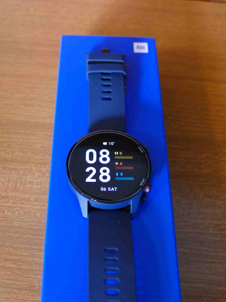 Xiaomi Mi Watch confezione e smartwatch sopra