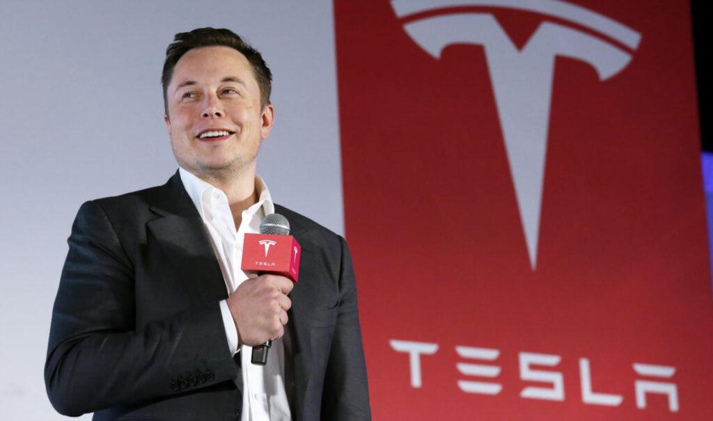 Elon Musk con logo Tesla