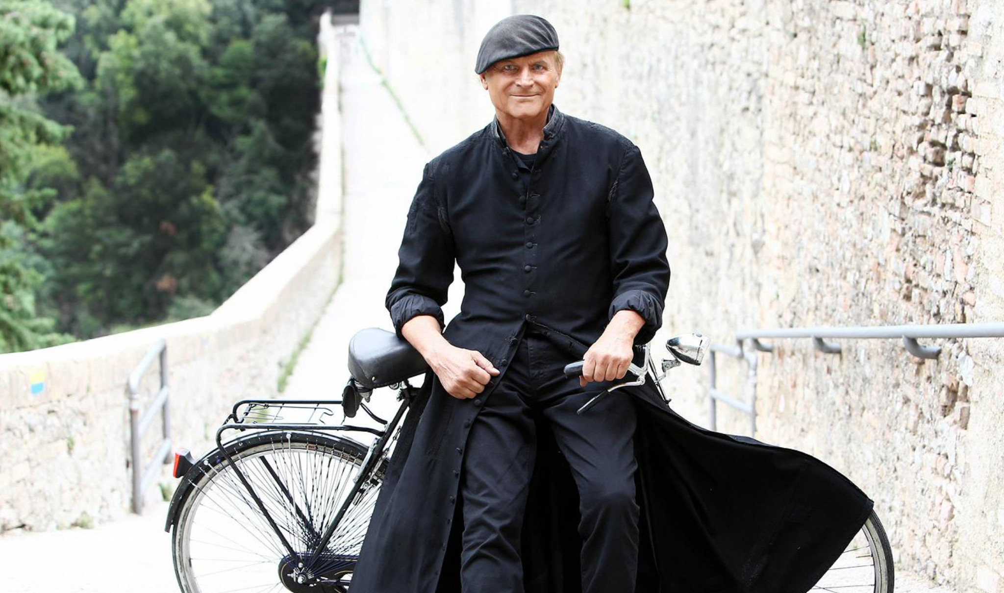 Terence HIll come Don Matteo in bicicletta